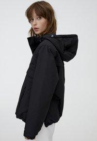 PULL&BEAR - MIT BAUCHTASCHE IN VERSCHIEDENEN FARBEN - Light jacket - black - 2