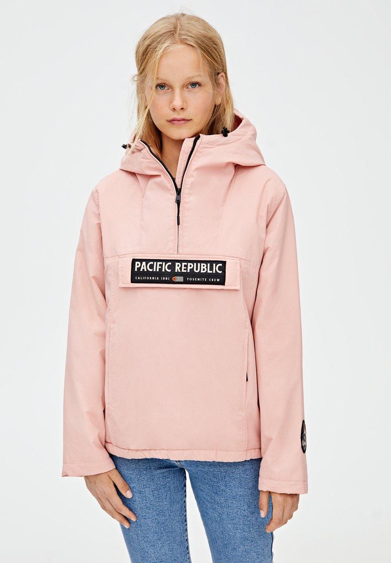 PULL&BEAR - MIT BAUCHTASCHE UND KAPUZE - Vindjacka - light pink