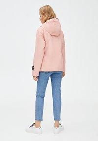 PULL&BEAR - MIT BAUCHTASCHE UND KAPUZE - Vindjacka - light pink - 2
