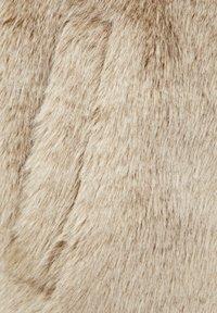 PULL&BEAR - MIT BREITEM STEHKRAGEN  - Kurtka zimowa - white - 5