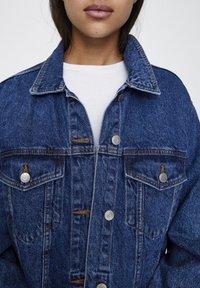 PULL&BEAR - BLAUE OVERSIZE-JEANSJACKE 09714324 - Giacca di jeans - blue denim - 4