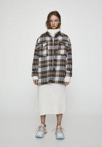 PULL&BEAR - MIT KAROPRINT UND TASCHEN - Lehká bunda - grey - 0