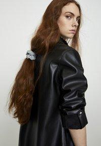 PULL&BEAR - Krátký kabát - black - 4
