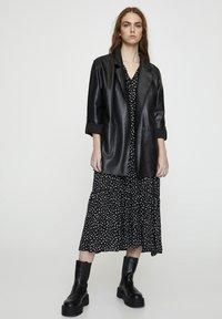 PULL&BEAR - Krótki płaszcz - black - 1