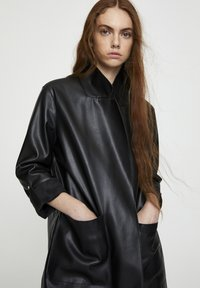 PULL&BEAR - Krótki płaszcz - black - 3