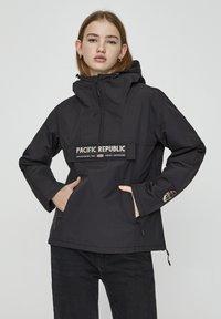 PULL&BEAR - MIT BAUCHTASCHE UND PATCH IM KONTRAST 05713349 - Light jacket - black - 0