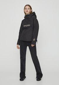 PULL&BEAR - MIT BAUCHTASCHE UND PATCH IM KONTRAST 05713349 - Light jacket - black - 1
