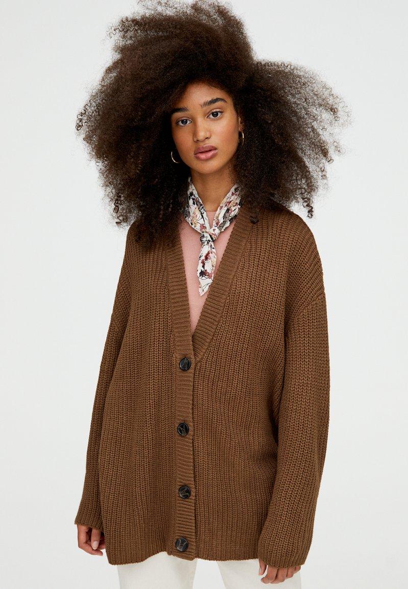 PULL&BEAR - MIT KNOPFLEISTE - Strikjakke /Cardigans - brown