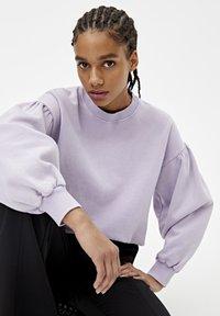 PULL&BEAR - OVERSIZE-SWEATSHIRT MIT PUFFÄRMELN 05596327 - Sweater - mottled purple - 3