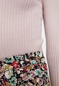 PULL&BEAR - MIT STEHKRAGEN  - Sweter - rose - 4