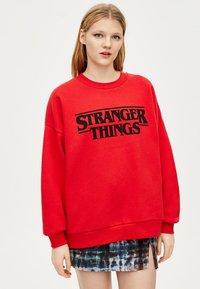 PULL&BEAR - STRANGER THINGS - Sweater - red - 0