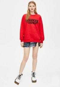 PULL&BEAR - STRANGER THINGS - Sweater - red - 1