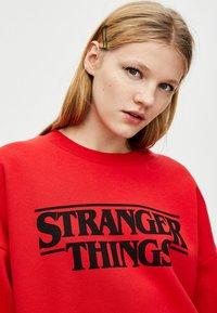 PULL&BEAR - STRANGER THINGS - Sweater - red - 4
