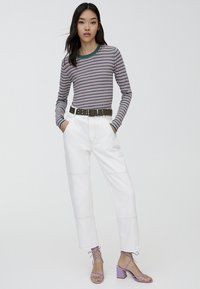 PULL&BEAR - MIT RUNDAUSSCHNITT - Stickad tröja - beige - 1