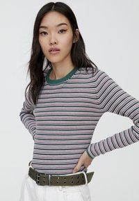 PULL&BEAR - MIT RUNDAUSSCHNITT - Stickad tröja - beige - 3