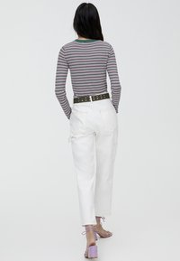 PULL&BEAR - MIT RUNDAUSSCHNITT - Stickad tröja - beige - 2