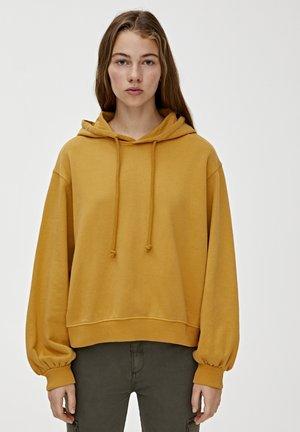 MIT KAPUZE  - Sweat à capuche - mustard yellow