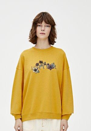 MIT BLUMENMOTIV UND SLOGAN - Sweatshirt - yellow