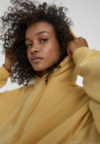 PULL&BEAR - MIT KAPUZE UND TASCHE  - Hoodie - light yellow - 4
