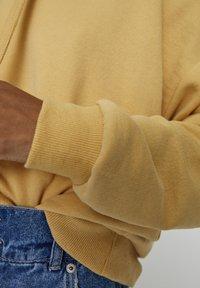 PULL&BEAR - MIT KAPUZE UND TASCHE  - Hoodie - light yellow - 5
