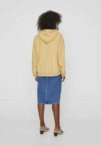 PULL&BEAR - MIT KAPUZE UND TASCHE  - Hoodie - light yellow - 2