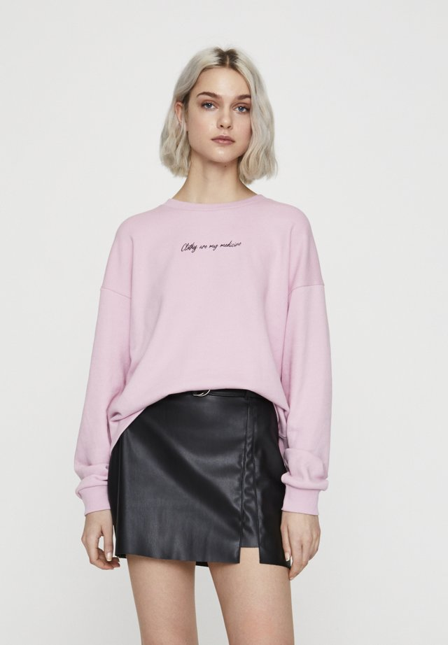 MIT KONTRASTIERENDEM SLOGAN  - Sweatshirt - rose