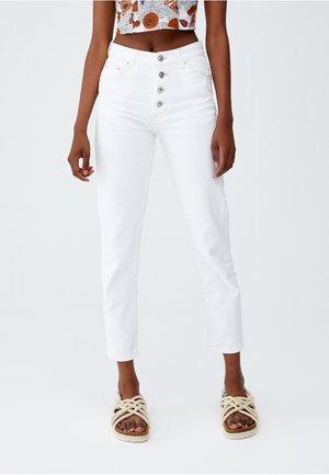 MIT SICHTBAREN KNÖPFEN - Jeans Tapered Fit - white