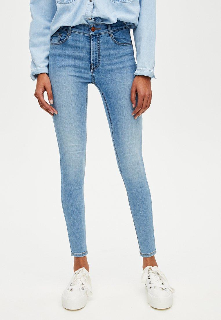PULL&BEAR - MIT HALBHOHEM BUND - Jeans Skinny Fit - blue