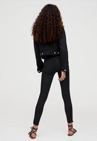 PULL&BEAR - MIT HALBHOHEM BUND - Jeans Skinny Fit - black - 2