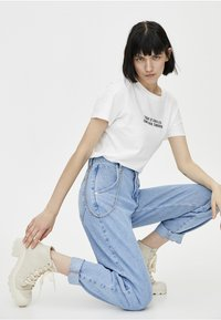 PULL&BEAR - SLOUCHY MIT KETTE - Straight leg jeans - light blue - 4