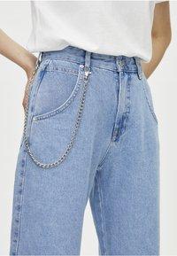 PULL&BEAR - SLOUCHY MIT KETTE - Straight leg jeans - light blue - 3
