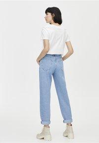 PULL&BEAR - SLOUCHY MIT KETTE - Straight leg jeans - light blue - 2