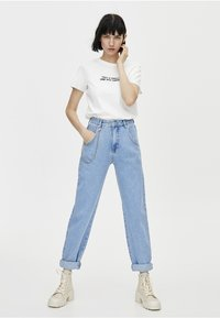 PULL&BEAR - SLOUCHY MIT KETTE - Straight leg jeans - light blue - 1
