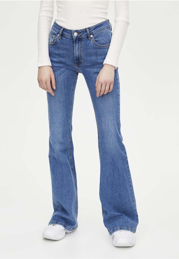 PULL&BEAR - MIT SCHLAG UND HALBHOHEM BUND - Bootcut jeans - blue