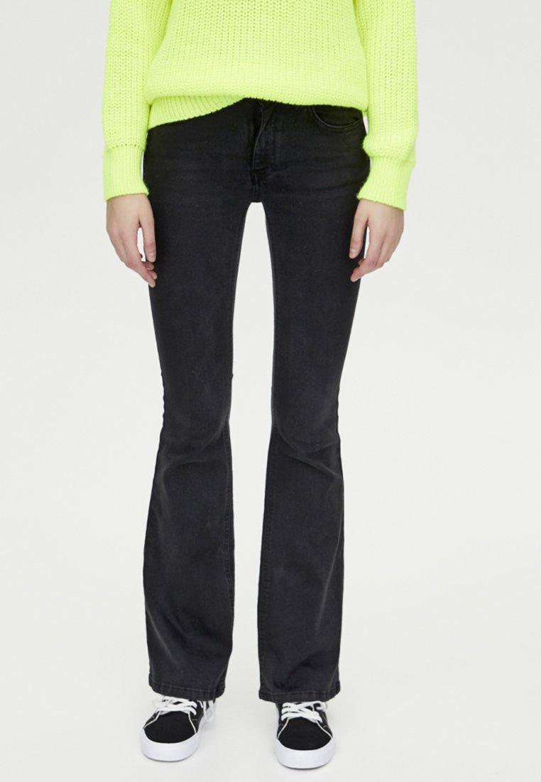 PULL&BEAR - MIT SCHLAG UND HALBHOHEM BUND - Bootcut jeans - black