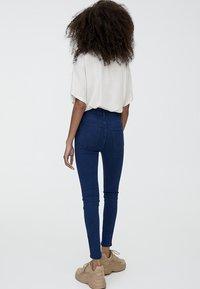 PULL&BEAR - MIT HOHEM BUND - Jeans Skinny Fit - blue denim - 2