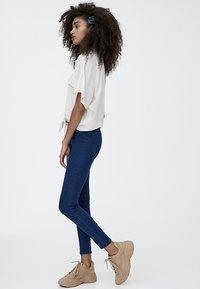 PULL&BEAR - MIT HOHEM BUND - Jeans Skinny Fit - blue denim - 1
