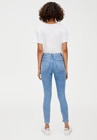 PULL&BEAR - MIT HOHEM BUND - Jeans Skinny Fit - light blue denim - 2