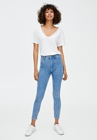 PULL&BEAR - MIT HOHEM BUND - Jeans Skinny Fit - light blue denim - 1