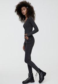 PULL&BEAR - MIT HALBHOHEM BUND UND RISSEN  - Jeans Skinny Fit - black - 1