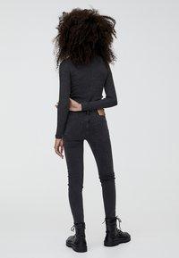 PULL&BEAR - MIT HALBHOHEM BUND UND RISSEN  - Jeans Skinny Fit - black - 2