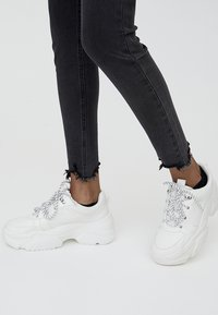 PULL&BEAR - MIT HALBHOHEM BUND UND RISSEN  - Jeansy Skinny Fit - black - 3