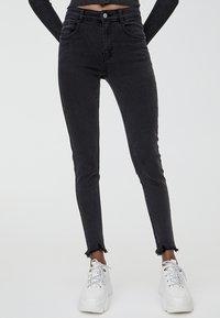 PULL&BEAR - MIT HALBHOHEM BUND UND RISSEN  - Jeansy Skinny Fit - black - 0