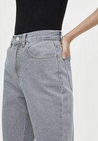 PULL&BEAR - MOM FIT - Straight leg jeans - grey - 4