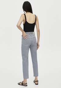 PULL&BEAR - MOM FIT - Straight leg jeans - grey - 2
