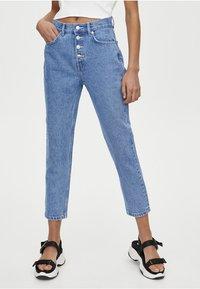 PULL&BEAR - MOM MIT HOHEM BUND - Slim fit jeans - blue - 1