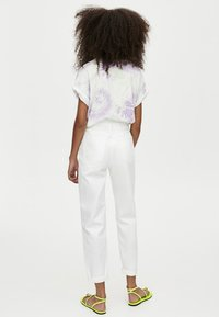 PULL&BEAR - MOM - Jeans Straight Leg - white - 2