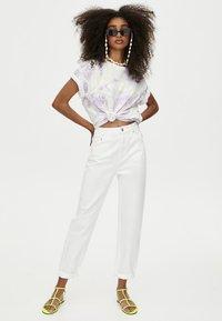 PULL&BEAR - MOM - Jeans Straight Leg - white - 1