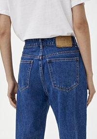PULL&BEAR - BASIC-MOM - Jeansy Slim Fit - mottled blue - 5