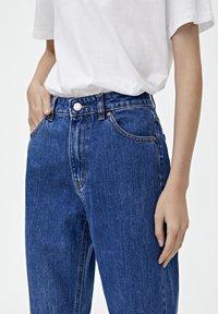 PULL&BEAR - BASIC-MOM - Jeansy Slim Fit - mottled blue - 3